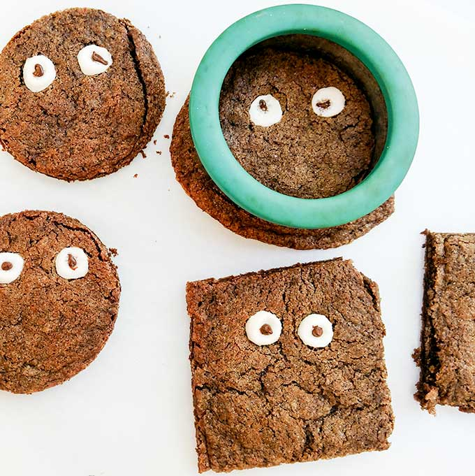 Googly eyes cookies with cookie cutter
