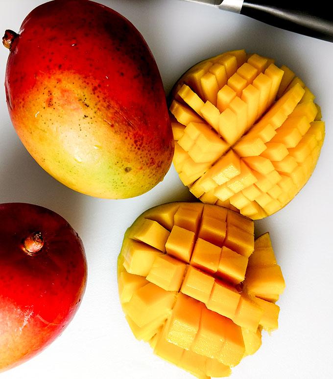 How to cut a mango flower